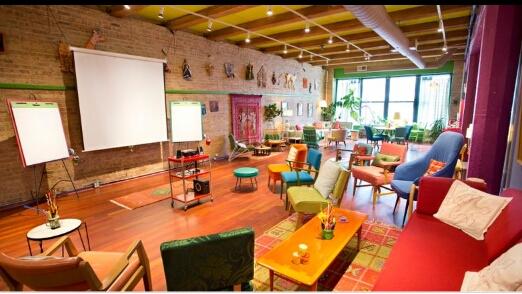 Ruang Rapat Rustik Penuh Warna